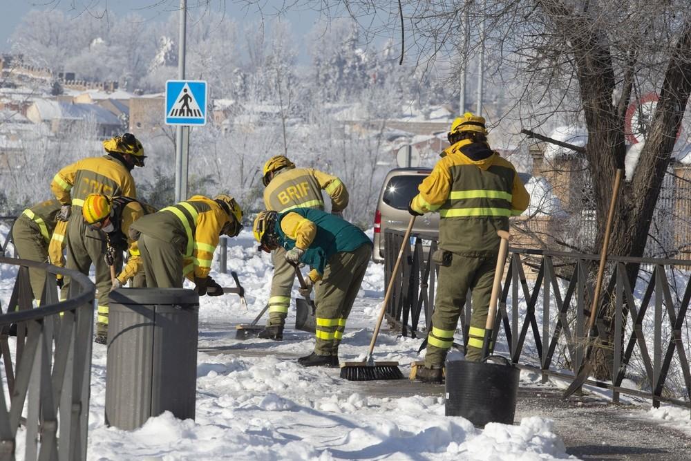 Bomberos forestales de Castilla - La Mancha realizando labores de apoyo en Toledo.